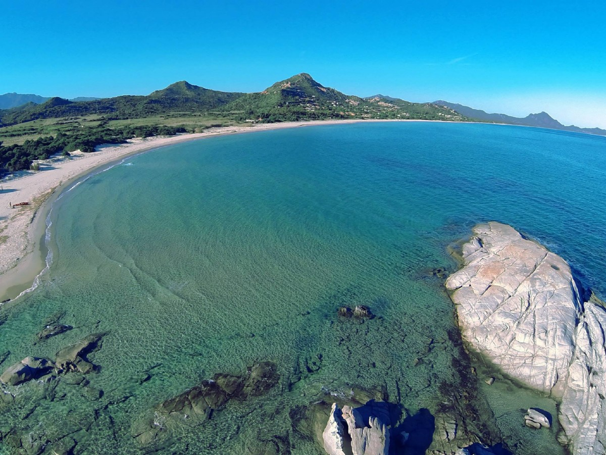 La spiaggia di santa giusta costa rei e lo scoglio di peppino sardegna - Spiaggia piscina rei ...